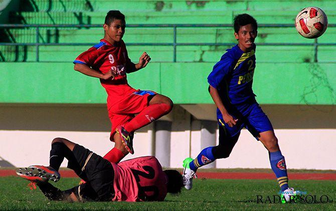 POTENSIAL: Striker Persis Solo Jr Arga Permana (jersey merah) sukses menjebol gawang klub Persikas Kab Semarang Jr di ajang PIala Soeratin musim 2014.