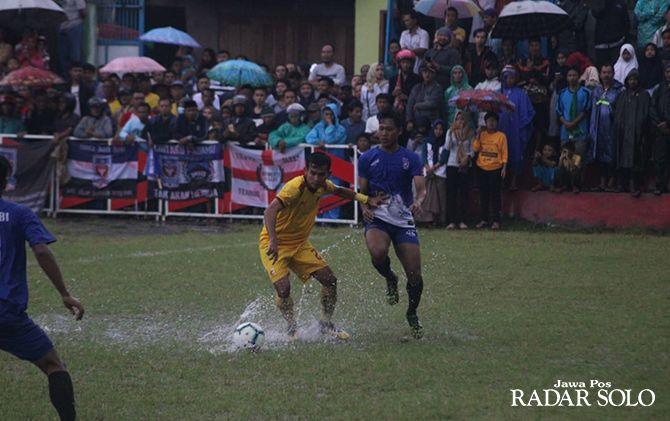 BECEK: Bomber Persebi Boyolali, Adha Nurrokim (jersey biru) berebut bola dengan pemain Sriwijaya FC di Lapangan Tumang, Boyolali.