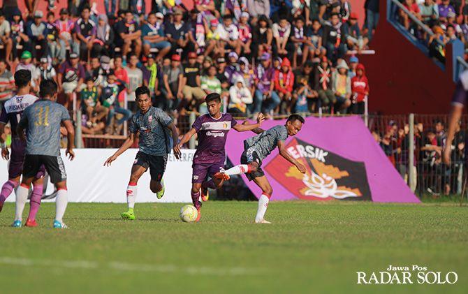 TERGANJAL: Dua pemain Persis Solo M Isa (kiri) dan Iman Budi mengawal pergerakan pemain Persik Kediri di Stadion Brawijaya (27/4).