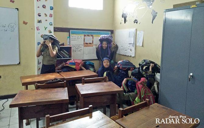 LATIHAN: Murid SD Muhammadiyah PK Kota Barat ikuti simulasi hadapi gempa bumi.