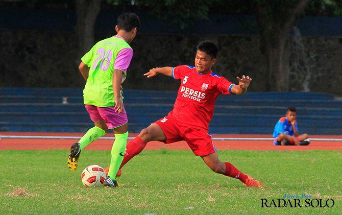 POTENSIAL: Nico Pasura (kanan) saat masih berseragam Persis Solo junior musim 2014. Beberapa tahun terakhir dirinya bergabung dengan klub Liga 1, Perseru Serui.