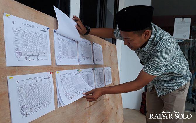 Komisioner KPU Klaten Divisi Teknis Penyelenggaraan Samsul Huda  memperlihatkan hasil rekapitulasi perhitungan perolehan suara