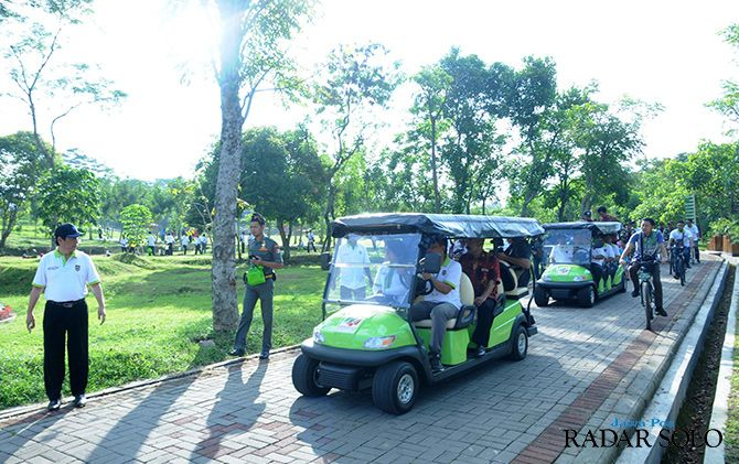 NIKMATI SUASANA: Bupati Boyolali Seno Samodro bersama tamu undangan menaiki mini golf di sela peresmian Kebun Raya Indrokilo Boyolali, kemarin siang (3/5).