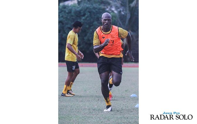 AMUNISI BERBAHAYA: Bruno Casimir saat menjalani latihan rutin bersama Sriwijaya FC.