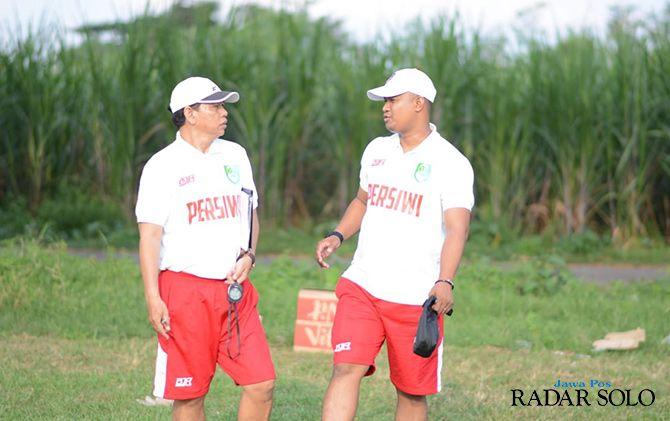 MANTAN ANAK DIDIK: Manajer Persiwi Wonogiri, Suliantoro (kanan) berkoordinasi dengan pelatih Hariyadi.