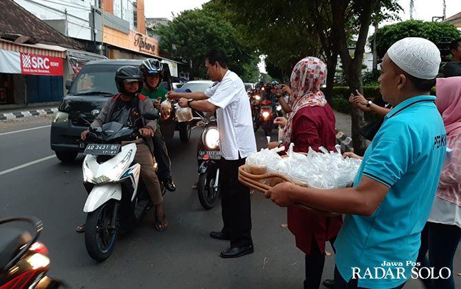 GRATIS: Hotel Sahid Jaya Solo membagikan ratusan takjil kepada pengendara yang melintas.