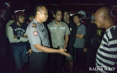 Kasatreskrim Polres Wonogiri AKP Aditya Mulya (tengah kemeja krem) di Terminal Ngadirojo sebelum terjadi pengeroyokan Rabu (8/5) malam