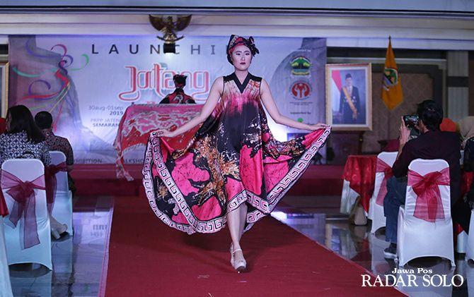 MEMUKAU: Penampilan peragawati mengenakan busana batik kreasi desainer terbaik Jawa Tengah saat launching Jateng in Fashion 2019 di Gedung Gradhika Bhakti Praja, Sabtu sore (11/5).