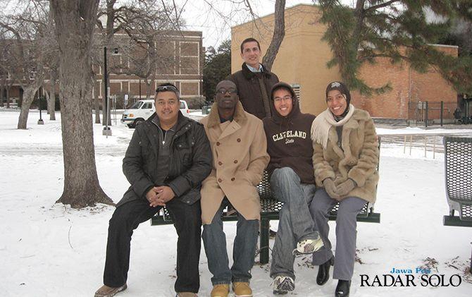 LIBURAN: Retno Tanding Suryandari (paling kanan) menikmati musim dingin di AS.