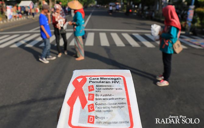 MEDIA EDUKASI: Liflet terkait pencegahan virus HIV/Aids yang dibagikan oleh KPA Kota Surakarta di event CFD.