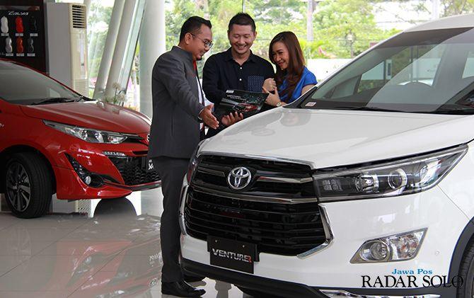 PROGRAM MENARIK: Pelanggan sedang melihat-lihat varian Toyota Venturer di diler Nasmoco.