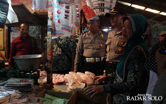 CEK LAPANGAN: Petugas Kepolisian bersama Dinas terkait di Pasar Kartasura beberapa waktu lalu.