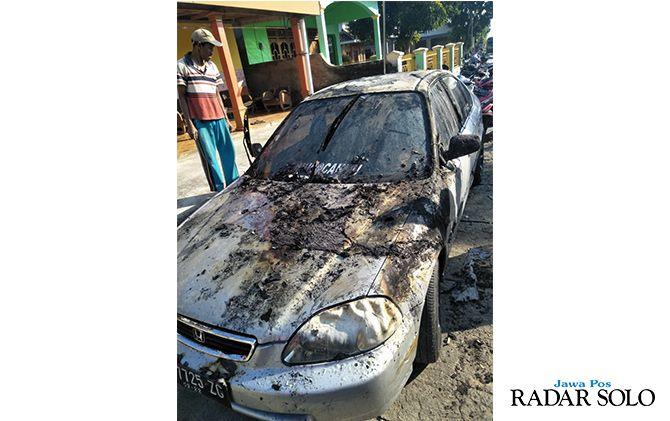 RUGI PULUHAN JUTA: Mobil Honda Ferio milik Tukino, warga Jendi, Selogiri nyaris ludes terbakar, Senin (13/5).