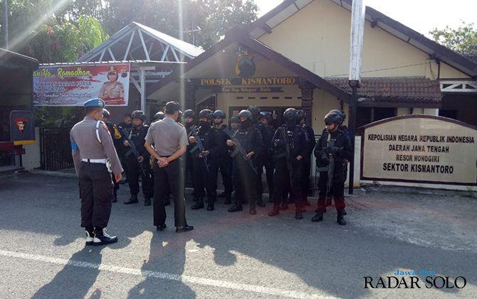 BERSENJATA LENGKAP: Anggota Brimob Batalyon C Pelopor Surakarta menggelar apel di Kecamatan Kismantoro.