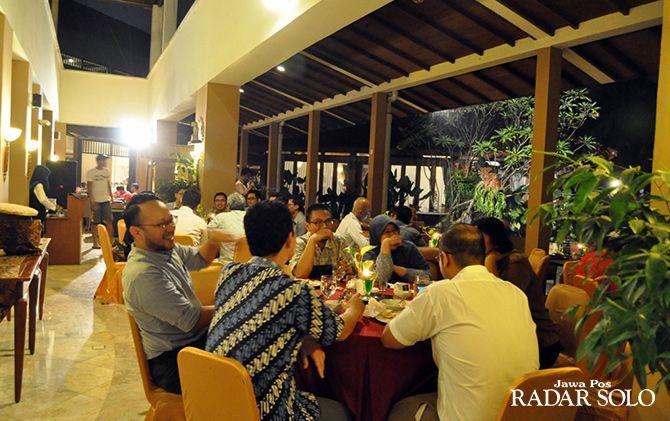 BERSANTAB: Tamu hotel menikmati makan malam di Loin Solo Hotel