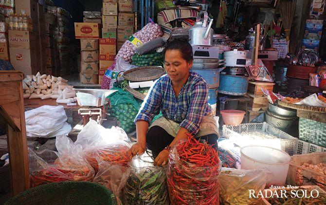 BELUM STABIL: Aktivitas pedagang bahan kebutuhan pokok di Pasar Induk Klaten, kemarin (15/5).