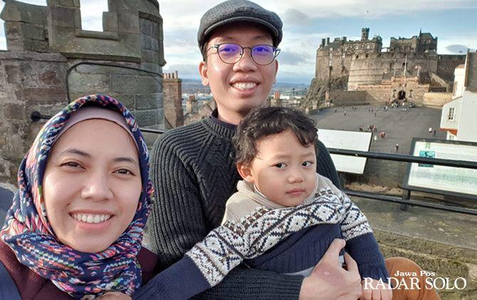 SANTAI: Fariyanti Methadias (kanan) bersama keluarga di Dean Village, Edinburgh