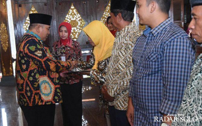BANTUAN TUNAI: Bupati Wardoyo Wijaya serahkan santunan kepada ahli waris gakin.
