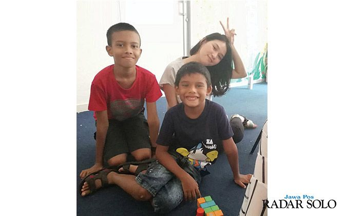 INTERNSHIP : Shofia Rianda (kanan) bersama anak-anak Sri Lanka