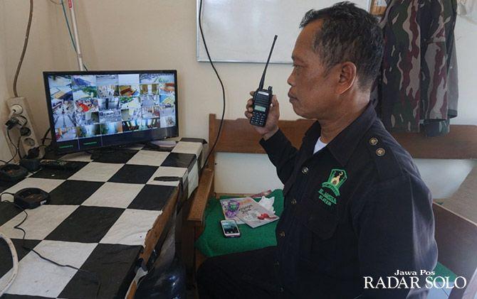 Petugas keamanan memantau kondisi Masjid Agung Al Aqsha Klaten melalui monitor yang terhubung kamera CCTV