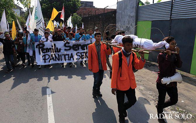 BERSIMPATI: Aliansi mahasisa Soloraya gelar demonstrasi kritisi banyaknya anggota KPPS yang meninggal dunia.