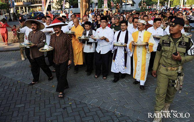 Kirab 1.001 tumpeng dipimpin Wali Kota Surakarta F.X. Hadi Rudyatmo dan Wakil Wali Kota Achmad Purnomo
