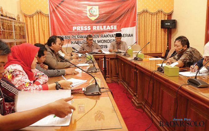 TRANSPARAN: Ketua DPRD Wonogiri Setyo Sukarno beri keterangan pada jumpa pers kemarin (22/5).