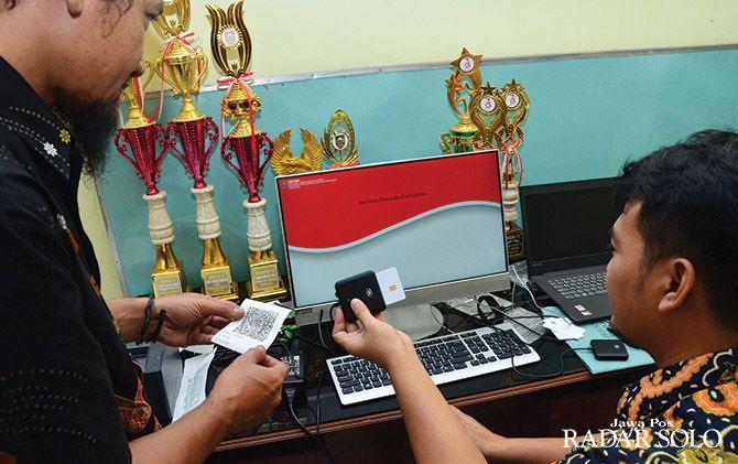 UJI COBA: Pengecekan aplikasi e-voting di Kantor Kecamatan Andong, kemarin (22/5). Pada pilkades serentak Kabupaten Boyolali, 29 Juni mendatang, bakal memakai sistem e-voting.