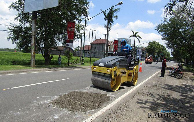 BIAR AMAN: Perbaikan beberapa jalan utama maupun alternatif dikebut pemerintah, jelang momen Lebaran.
