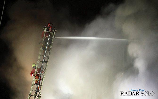 ASAP TEBAL: Petugas damkar padamkan api. Warga diminta teliti guna cegah kebakaran.