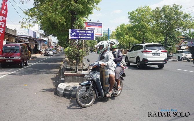 JANGAN DILANGGAR: Rambu belok kiri bagi sepeda motor di simpang tiga Ngingas, Klaten Utara.