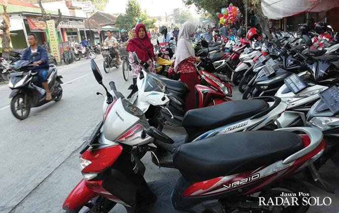 MEMBELUDAK: kondisi lahan parkir di depan Pasar Gabugan yang memakan badan jalan.