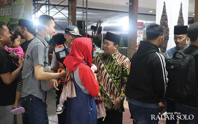 HANGAT: Wakil Bupati Wonogiri Edy Santosa menyambut para pemudik di pendapa kantor bupati Wonogiri, Sabtu malam (1/6)