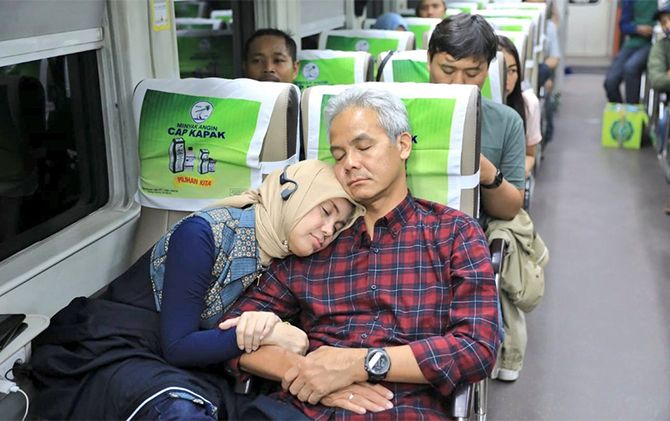 Gubernur Jateng Ganjar Pranowo dan istri naik kereta ekonomi dari Jakarta ke Semarang, Minggu (2/6).