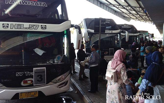 KEMBALI BEKERJA: Armada bus di Terminal Giri Adipura siap membawa pemudik kembali ke ibu kota.
