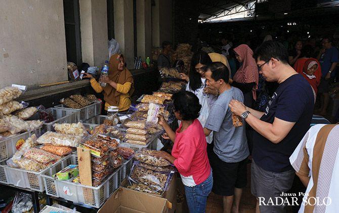 BERJUBEL: Pengunjung yang rata-rata pemudik membeli oleh-oleh khas Solo di Pasar Gede.