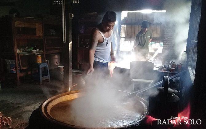 TRADISIONAL: Pekerja mengaduk adonan jenang di tempat usaha milik Murni.