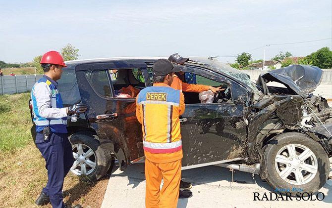 Kondisi mobil yang rusak parah setelah mengalami kecelakaan di tol Ngawi-Solo