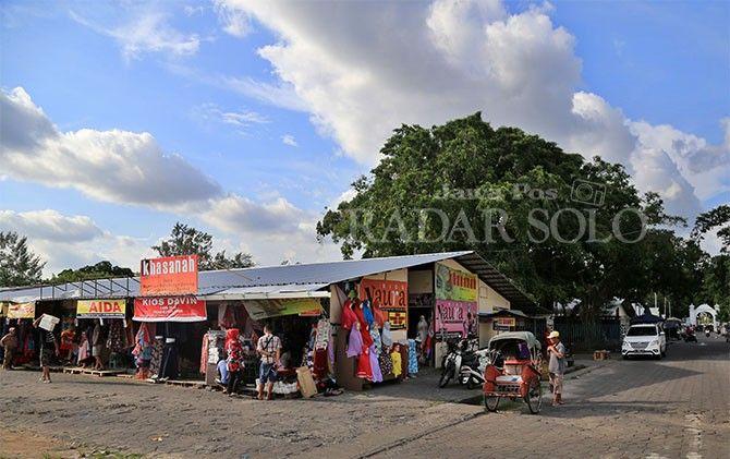 Suasana pasar darurat Pasar Klewer yang menempati lahan di Alun-Alun Utara Keraton Kasunanan Surakarta Hadiningrat, Minggu (28/10). (DAMIANUS BRAM/RADAR SOLO)