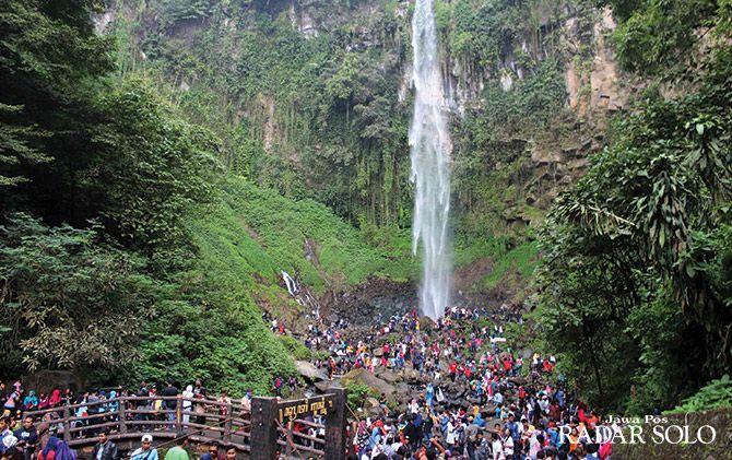 PALING FAVORIT: Objek wisata Air Terjun Grojogan Sewu, Tawangmangu paling banyak dikunjungi wisatawan selama libur panjang Lebaran.