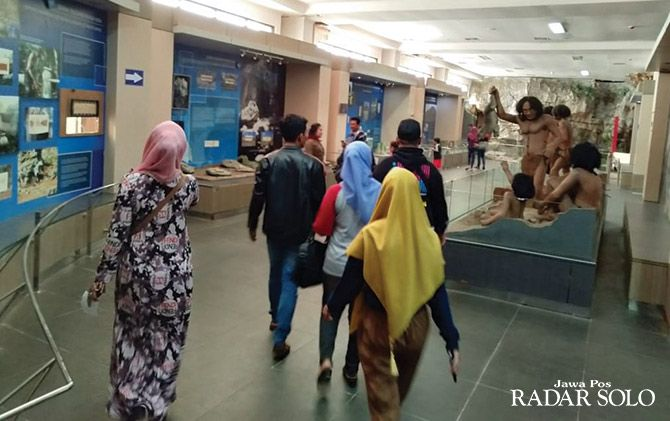 WISATA EDUKASI: Pengunjung mengamati replika manusia purba di Museum Karst. Sejak diterjang banjir pada akhir 2017, sejumlah bangunan di tempat ini rusak.