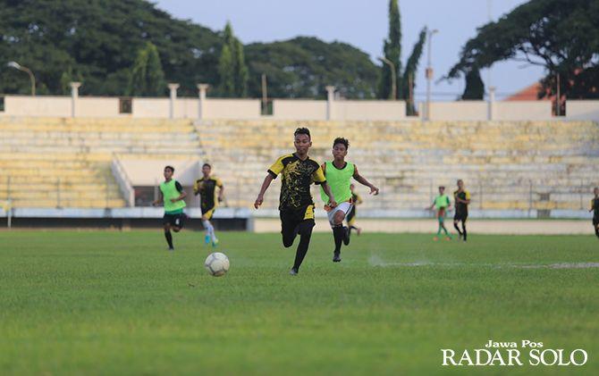 BANGKIT LAGI: Para pemain PSM Madiun tengah menjalani latihan di Stadion Wilis Madiun.