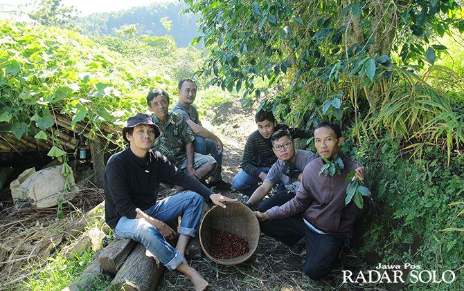 AKTIF: Hariyanto (kanan) bersama pegiat kopi asli Wonogiri.