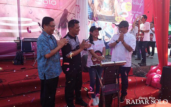 GANTI: Suasana seru saat seremoni pergantian nama favehotel Manahan Solo di Plasa Manahan, Sabtu (15/6).