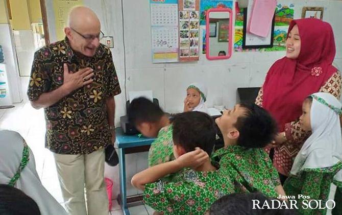 INTERAKSI: Prof. Bill Atweh saat berkunjung ke SD Muhammadiyah PK Kota Barat.