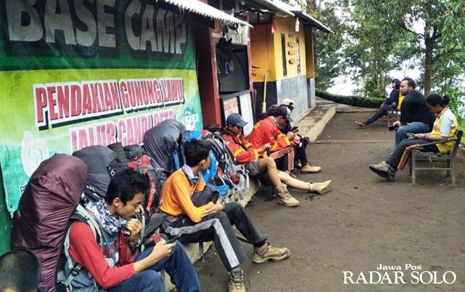 PETUALANG: Sejumlah pendaki bersiap mendaki Gunung Lawu melalui Jalur Cetho, Kecamatan Jenawi.