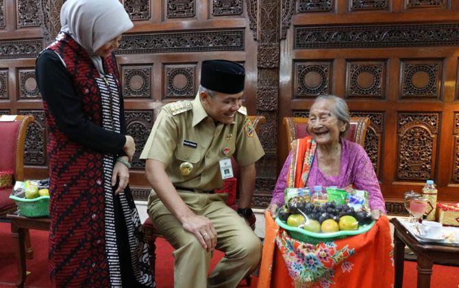 Gubernur Jateng Ganjar Pranowo dan istri menyapa Mbah Bandiyem ketika masih hidup.