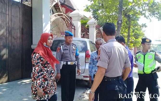 OLAH TKP: Siti Nur Rohmah (kanan) dimintai keterangan usai dana desa yang dibawanya dijambret.