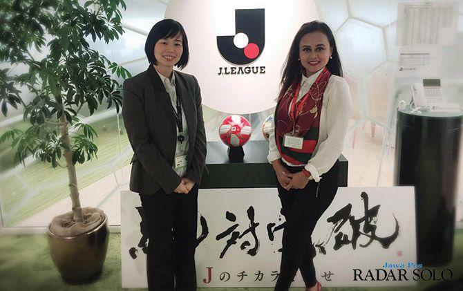 AKRAB: Manajer Persijap Jepara Esti Puji Lestari berpose bersama Competition Departement J-League belum lama ini.