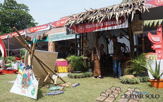 PAMERKAN POTENSI: Aneka peralatan permainan tradisional dipajang di depan booth Desa Sidowayah, Polanharjo, dalam pameran di TWC Prambanan, kemarin (23/6).